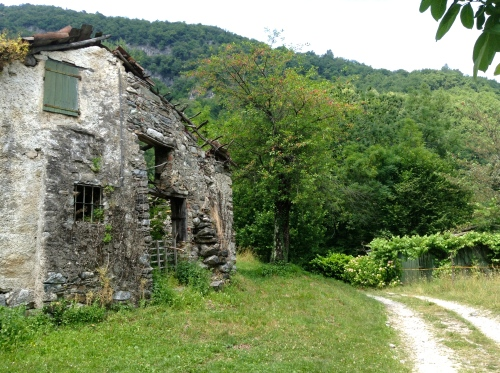 Ruined farmhouses along the Dorsale
